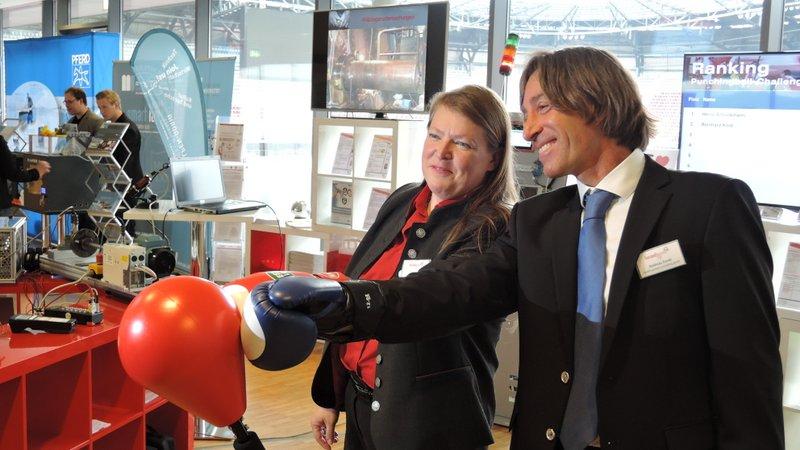 Jutta Isopp (Messfeld) und Andreas Dankl (dankl+partner) am Punching-Ball zum Energie-Monitoring